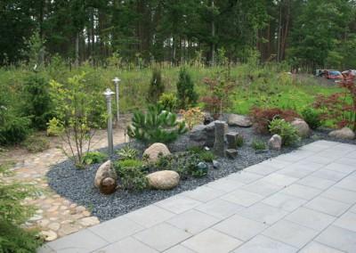 Haveanlæg set fra terrasse udført i 40x40 fliser