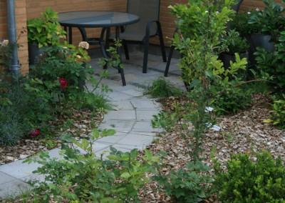 Haveanlæg sti ned til terrasse udført i 25x25 fliser