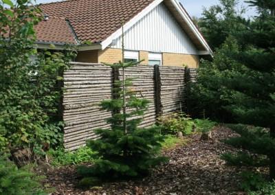 Granraftehegn udført i gran rafter og stolper i lærk ca 25 m og ca 180 cm højt