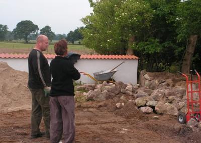 Den glade og nysgerrige kunde,sækkevognen bruges til de tunge sten