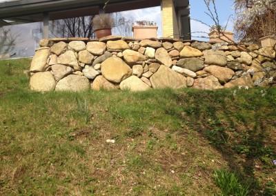 Stendige med støbt fundament på skråning