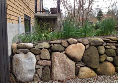 Stendige på Mosevej i Silkeborg - detalje og sammenspillet mellem store og små sten